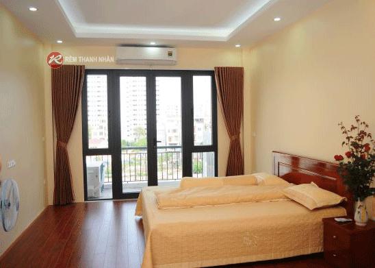 mau rem cua phong ngu mau nau go - Lựa chọn mẫu rèm cửa phòng ngủ đẹp tại Hà Nội