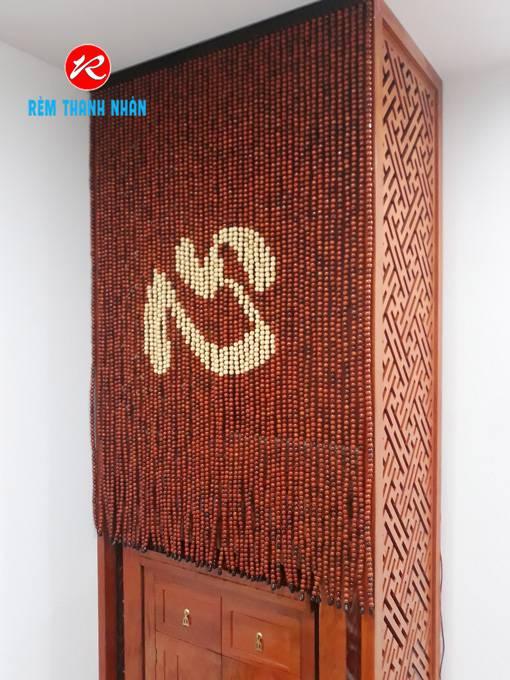 Rèm hạt gỗ che bàn thờ