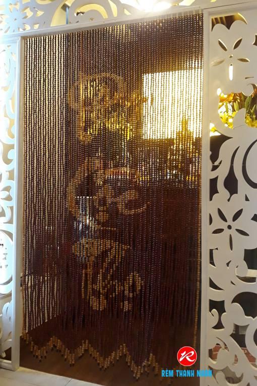 Rèm cửa hạt gỗ che bàn thờ