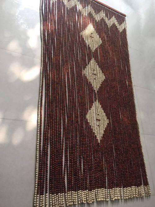 Rèm hạt gỗ Hương che cửa đi phòng thờ