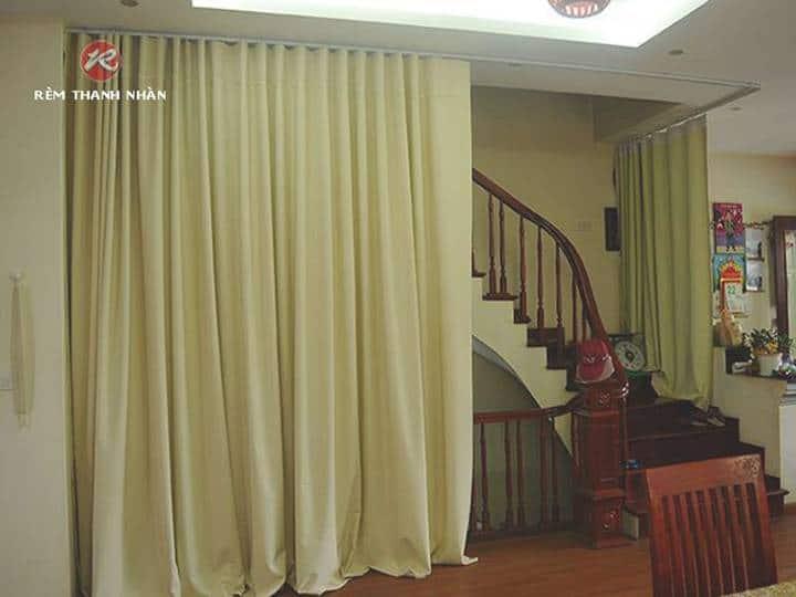 Lắp điều hòa phòng khách có cầu thang