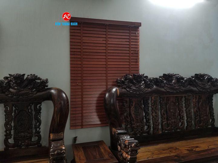 Mẫu rèm cửa sổ gỗ phòng khách sang trọng