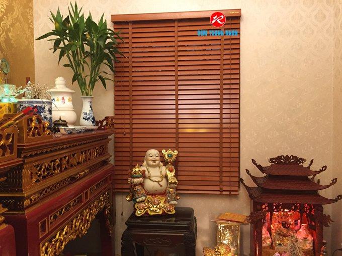 Mẫu rèm của sổ gỗ đẹp che phòng thờ