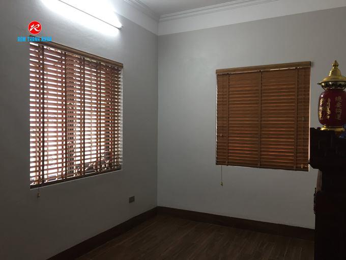 Mẫu rèm nhựa giả gỗ MSJ-504 che cửa sổ phòng thờ